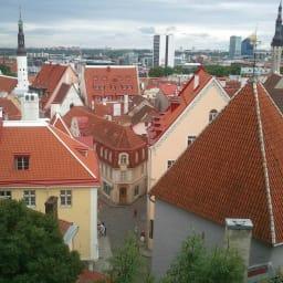 オーク天然木 リビングテーブル 棚付きコンソールテーブル [WOODMAN・ウッドマン] WOODMANのオフィスはエストニアの首都タリンにあります。写真は世界遺産にも認定されているタリン旧市街。その先には金融・ITなどバルト三国の中心でもあるタリン新市街が広がっています。