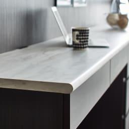 Canan/カナン 大理石調デスク デスク 幅121cm 厚みのある大理石調天板を使用。エッジはポストフォーム加工で丸くやさしい表情に。
