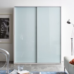 Evan(エヴァン) スライドシェルフ ハイタイプ本棚 幅150cm [コーディネート例]ホワイト お部屋に圧迫感を与えにくいホワイトは、コンパクトなスペースにもおすすめです。