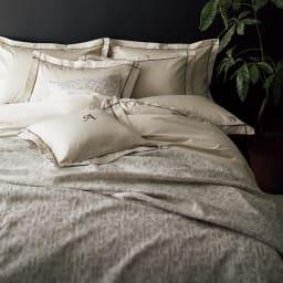ホテル仕様超長綿サテンカバーリング Ciel/シエル イニシャル刺繍入りピローケース 1枚 [コーディネート例]グレージュ ※お届けは刺繍ピローケースです。