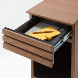 AlusStyle/アルススタイル チェストシリーズ ナイトテーブル 幅30cm高さ50cm 上部は中身を探しやすい浅井引き出し。手帳や、常備薬、非常灯などを入れるのに最適なスペースです。