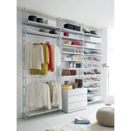 Struty(ストラティ) ラックシリーズ ハンガー2本&棚3段・幅100cm 寝室や自分のお部屋にショップのような空間が生まれます。(※写真はシリーズ商品の組み合わせ例です。※お届けは左のハンガー2本&棚3・幅100cmタイプです。)