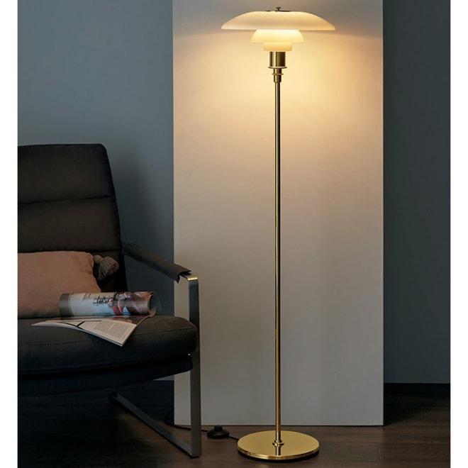 フロアライト PH 3 1/2-2 1/2[Louis Poulsen・ルイスポールセン/デザイン:ポール・ヘニングセン] 空間も手元も心地よく照らす1 台2 役の間接照明