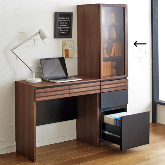 AlusStyle/アルススタイル 薄型ホームオフィス ブックシェルフ幅40.5cm 使用イメージ ウォルナットの無垢材と、ブラックレザー調の素材の組み合わせが魅力。
