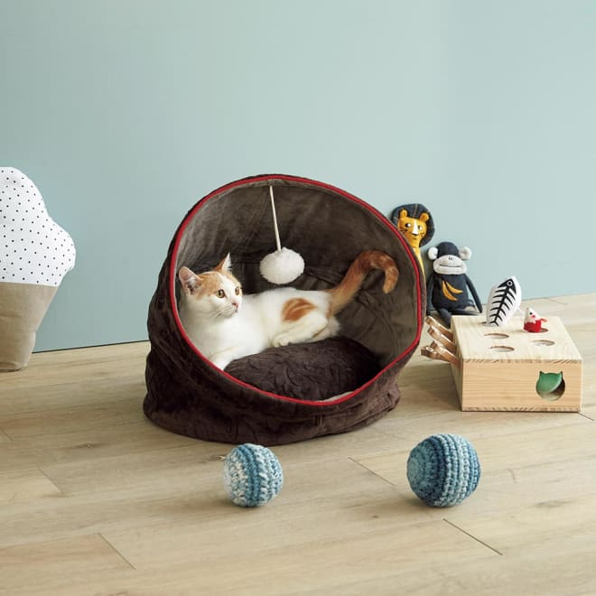 防水仕様のドームハウス たためばフラットなベッド、広げればドーム状のペットハウスになる2WAY仕様のクッションです。