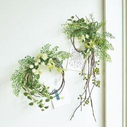 ピンで飾れる スリムグリーン お得な2個組 ホワイトの花をあしらったさわやかなアレンジメントの2個セットです。並べても掛けられる小ぶりなサイズ。