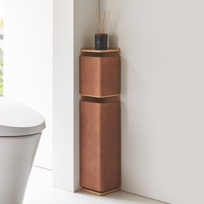 省スペースでおしゃれに収納をプラス!トイレ コーナースリム収納 上扉付き トイレットペーパーの予備や掃除用品など、近くに置いておきたいものを必要な分だけしまえます。