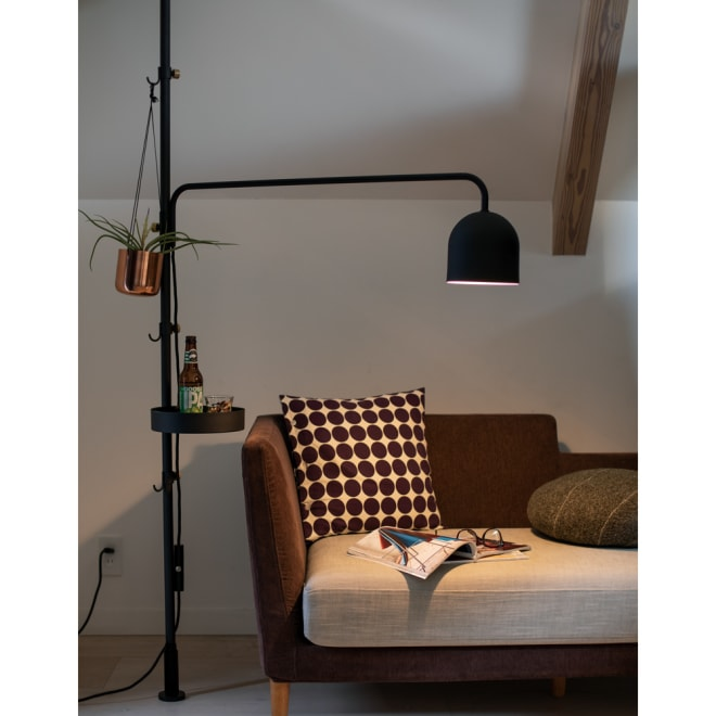 DRAW A LINE/ドローアライン 可動式専用ライト 点灯時 リビングのソファ周りで。ライトは高さや向きも調整できるので、フロアスタンド&テーブルライトとしても。(お届けはライトのみ。突っ張り棒(H37001)にセットしてご利用ください)