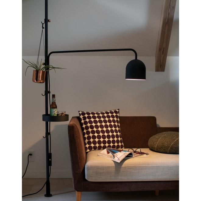 DRAW A LINE/ドローアライン 可動式専用ライト 点灯時 リビングのソファ周りで。ライトは高さや向きも調整できるので、フロアスタンド&テーブルライトとしても。(お届けはライトのみ。突っ張り棒(別売り)にセットしてご利用ください)