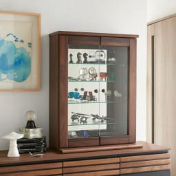 Taide/タイデ 天然木卓上キュリオケース 幅60cm高さ80cm 玄関や出窓などに気軽に置ける卓上サイズ。上質な無垢材のフレームと、背面のミラーがディスプレイを引き立てます。