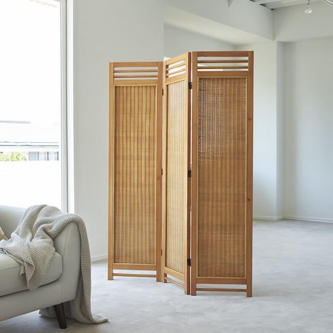 Spesso/スペッソ 折り畳みパーテーション 3連 高さ160cm 和にも洋にも、カジュアルにもシックにも決まるプレーンなデザインと、優しく光を通すラタンの編み目が魅力。