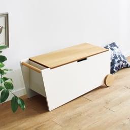 abode/アボード ベンチボックス・ベンチ収納[abode・アボード] 腰かけベンチとしても、インテリアアクセントとしても優秀なベンチボックス。ハンドルと車輪付きで移動も楽々です。