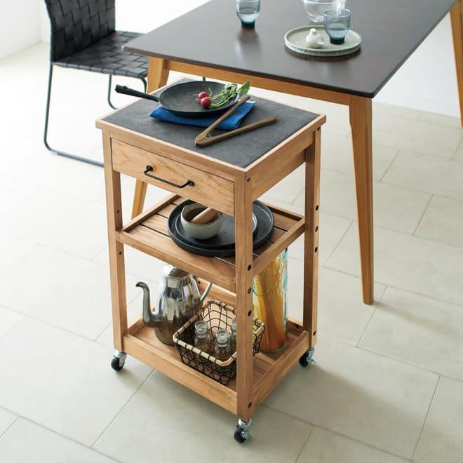 Kallio/カリオ 天然木キッチンワゴン ダイニングテーブル横でも使い易い高さ設計です。