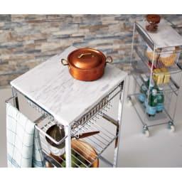 キャスター付き マーブルトップスリムトローリー 3段 天然大理石の天板には熱いものが直接置けて、お菓子作りにも好適。  (外寸cm)幅23.5×奥行36×高さ77  ※お届けは奥のスリム3段タイプです。
