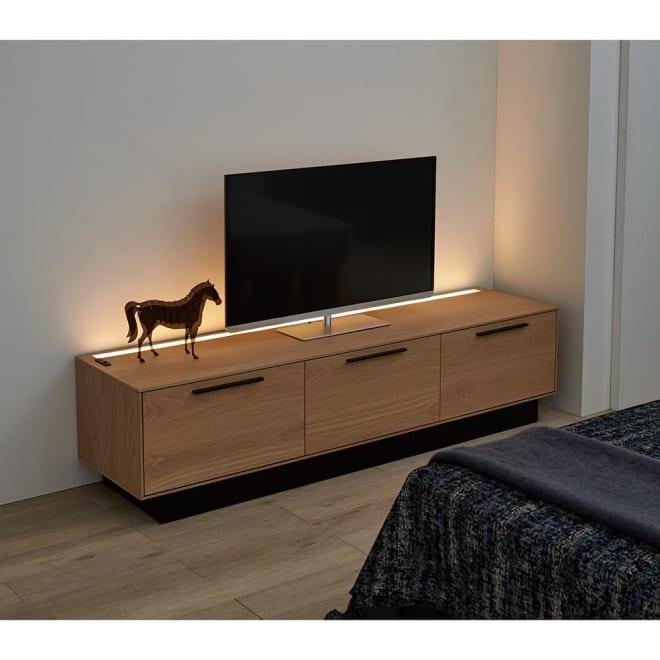 Glint/グリント LED照明付きテレビ台 幅180cm LEDライト点灯時。※写真は部屋の照明を落として撮影しています。