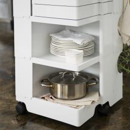 Boby Wagon/ボビーワゴン ホワイト・ブラックタイプ[B-LINE・ビーライン/デザイン:ジョエ・コロンボ] 分類収納がしやすいトレイと棚の組み合わせでキッチンでお使いいただくと大変便利です。