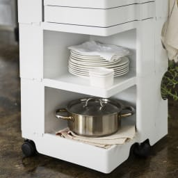 Boby Wagon/ボビーワゴン イエロー・グレータイプ[B-LINE・ビーライン/デザイン:ジョエ・コロンボ] 分類収納がしやすいトレイと棚の組み合わせでキッチンでお使いいただくと大変便利です。(写真は別色ホワイトタイプ)