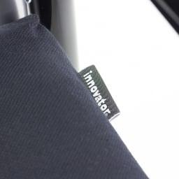 Captain103/キャプテンチェア HERITAGEモデル マットブラックフレーム[innovator・イノベーター] 座クッションに、ブランドロゴを織り込んだタグ付きです。