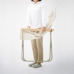 Nychair X Shikiri ニーチェア エックス シキリ [Takeshi Nii/デザイン:新居猛] 使わない時はスリムに折りたためて自立。すき間に収納できます。約6.5kgと軽量で、持ち運びも簡単。(写真は同型の生地・肘木の素材が違うニーチェアXです。)