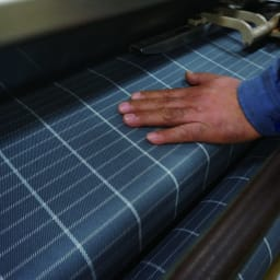 Nychair X Shikiri Ottoman ニーチェア エックス シキリ オットマン [Takeshi Nii/デザイン:新居猛] 身体全体と椅子の構造を支えるため、丈夫で静電気の発生しにくい、綿素材の生地を使用。滋賀県高島市の工場にて、糸の先染めと繊細な織り技術による特徴ある柄の表現をしています。