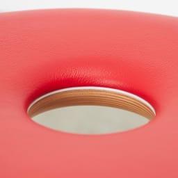 リングスツール(天童木工)[Tokukichi Kato/デザイン:加藤徳吉] 持ち手としても使用できる真ん中の穴が特徴的。