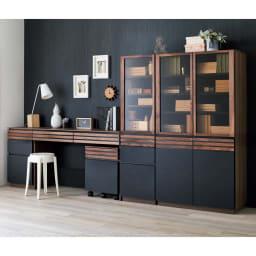 Alus Style/アルススタイル コンパクトホームオフィス デスク 幅120.5cm 使用イメージ ウィルナットの無垢材と、ブラックレザー調の素材の組み合わせが魅力。