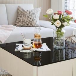 収納付きガラス天板リビングテーブル 80cm×80cm[国産] ガラス天板の映り込みがよりエレガントさを演出します。