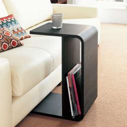 2way 棚付きリビングテーブル [縦横自在] ブラック ソファに合わせて立てても使えます。写真のようにソファにはさんだり、ソファ横でサイドテーブルとしてもOK。