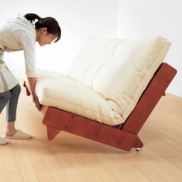 ヨーロッパ製ソファベッド Karup カーラップ ソファからベッドへは、女性ひとりでも簡単操作で切り替えられます。