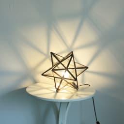 Etoile/エトワール 白熱球テーブルランプ クリア(透明ガラス) フレームの影が壁に美しく反映されます。