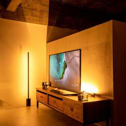 間接照明やホームシアターのライティングに!ネオマンクス LED バーライト 専用の大理石スタンド(別売り)と組み合わせると、スタンドライトとしてもお使いいただけます。