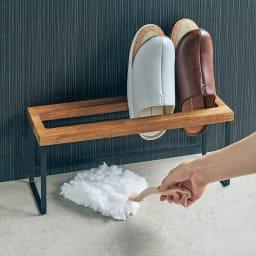 ラバーウッド スリッパラック 脚部は高めの設計で、スリッパを収納したまま床の掃除ができます。