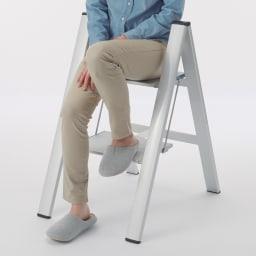 薄型アルミステップ 2段 ブラック アルミ脚立 奥行き26cmの広いステップ面は、座ることも可能。