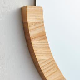 MIRA/ミラ 壁掛けミラー・ウォールミラー 小サイズ径56cm[umbra・アンブラ] 木目のはっきりした素材感と、シャープなミラーのシルエットがナチュラルモダンな印象