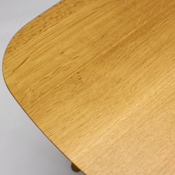 cobrina/コブリナ オーク天然木 ダイニングテーブル 幅133cm 奥行120cm 天板のアップ。ナチュラルな木目が魅力のオーク材。白い斑紋は虎斑(とらふ)と呼ばれるオーク材の特徴です。