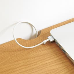 Lierre/リエール ダイニングシリーズ テーブル幅80 中央にコード穴があるので、PCワークをする際も配線がすっきり。