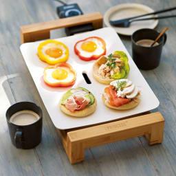 PRINCESS/プリンセス テーブルグリルミニピュア ホットプレート イングリッシュマフィンのオープンサンドとパプリカ目玉焼きをワンプレートで同時調理。ちょっと贅沢な朝ごはんが手軽に。