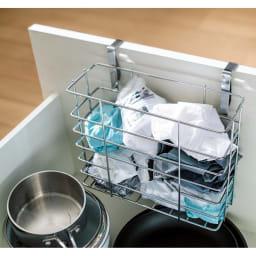 引き出しにもつけられるレジ袋ホルダー 引き出しや扉の内側に設置すれば、すっきりスマートに収納可能。