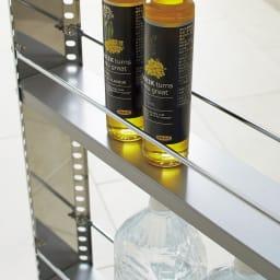 ステンレス製キッチンすき間収納ワゴン ロータイプ(高さ81cm) 幅10cm奥行60.5cm こぼれ止めバー付きの棚板は、2cm間隔の高さ調節式。収納物に合わせて変更が可能です。