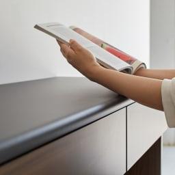 Ruffalo/ラファロ 間仕切りキッチンカウンター 幅120cm高さ85cm 天板の縁はマルク仕上げ、レシピ本を見たりタブレットなどの操作、調理中の手当たりも優しいこだわり仕上げ。