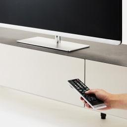 Boulder/ボルダー 石目調天板テレビ台 幅180cm デッキ収納部のフラップ扉は、開けずにリモコン操作が可能です。