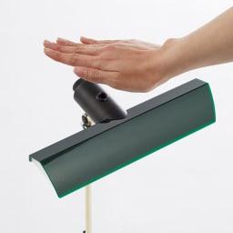 Ilumina/イルミナ デスクライト センサーに手をかざすだけでON・OFF可能。