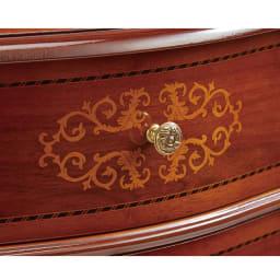 Delia/デリア イタリア製4段ワイドチェスト 取っ手は真鍮製。重厚なウォルナットに明るいメープルの象嵌細工が美しく映えます。