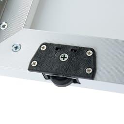 Milath/ミラス スライドワードローブ ガラス扉タイプ 幅120.5cm 扉下にはローラーが設置されており、軽くスムーズに開け閉めできます。