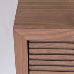 Maisema/マイセマ ウォルナット格子チェスト 幅100cm・4段(高さ90.4cm) 正面の上部隅を45度でカットして各ぶちのように組み合わせる留め加工を採用。すっきりシャープな印象に。