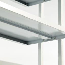 Struty(ストラティ) ラックシリーズ ハンガー2本&棚3段・幅70cm たわみ防止のため、棚板の裏には補強が施されています。