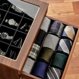 Grisha/グリシャ ジュエリーチェスト 小分け用のマスを大きめに設計しているので、ネクタイやネクタイピン、チーフやハンカチをまとめて、メンズ用の衣類小物収納としても重宝します。