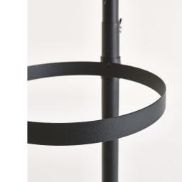 Euphy/ユフィ つっぱりハンガーラック サークル型 リングは高さ2cmのフラットな形状で、いろいろなものを掛けやすい。高さ調節は工具不要のねじ留めで、簡単に調整可能。