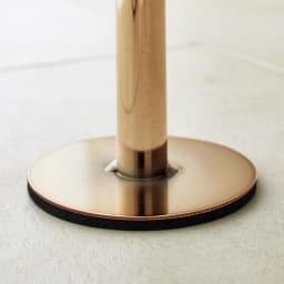 Euphy/ユフィ つっぱりハンガーラック スクエア型 ゴールド 台座はフェルトクッションつきで、床面を気づ付ける心配もなく安心です。