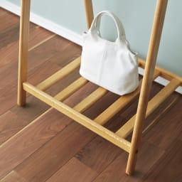 Incery(インサリー) 天然木製ハンガーラック 幅80cm ナチュラル 下部にはバッグや帽子などのちょい置きに便利な収納棚が付いています。